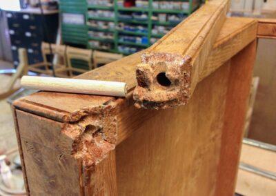 Detaljer af knækket ben på bakkebord