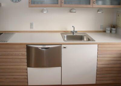 Køkken i Eg og hvid lamiat. Design Carl Schneider