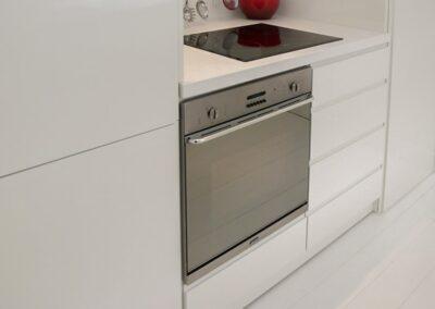 Køkken i hvid Corian. Designet af arkitekt Lars Vejen.