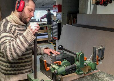 Praktikant Kris Vinther laver taphuller i ben til stablestole