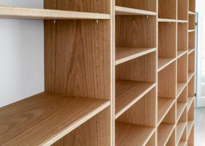 Reol i fineret egetræ - Design Carl Schneider