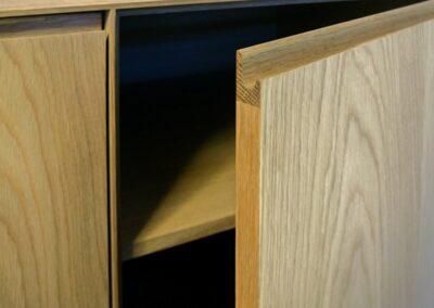 Skab i egetræ med integreret greb - Design Lars Vejen